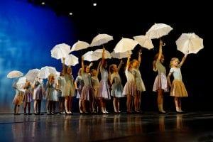 Dansere med paraplyer
