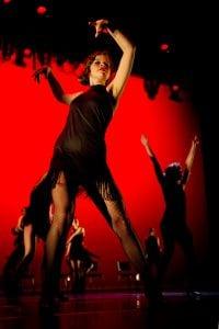 Dame danser med sort kjole