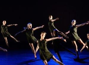 Jenter danser moderne dans