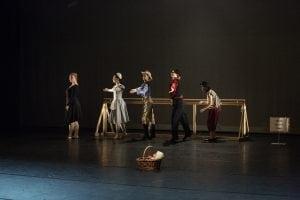 Dansere på Happy feet med gammeldagse klær