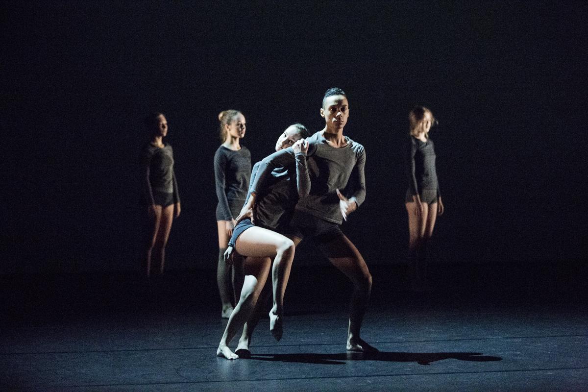 Mann og dame danser moderne dans