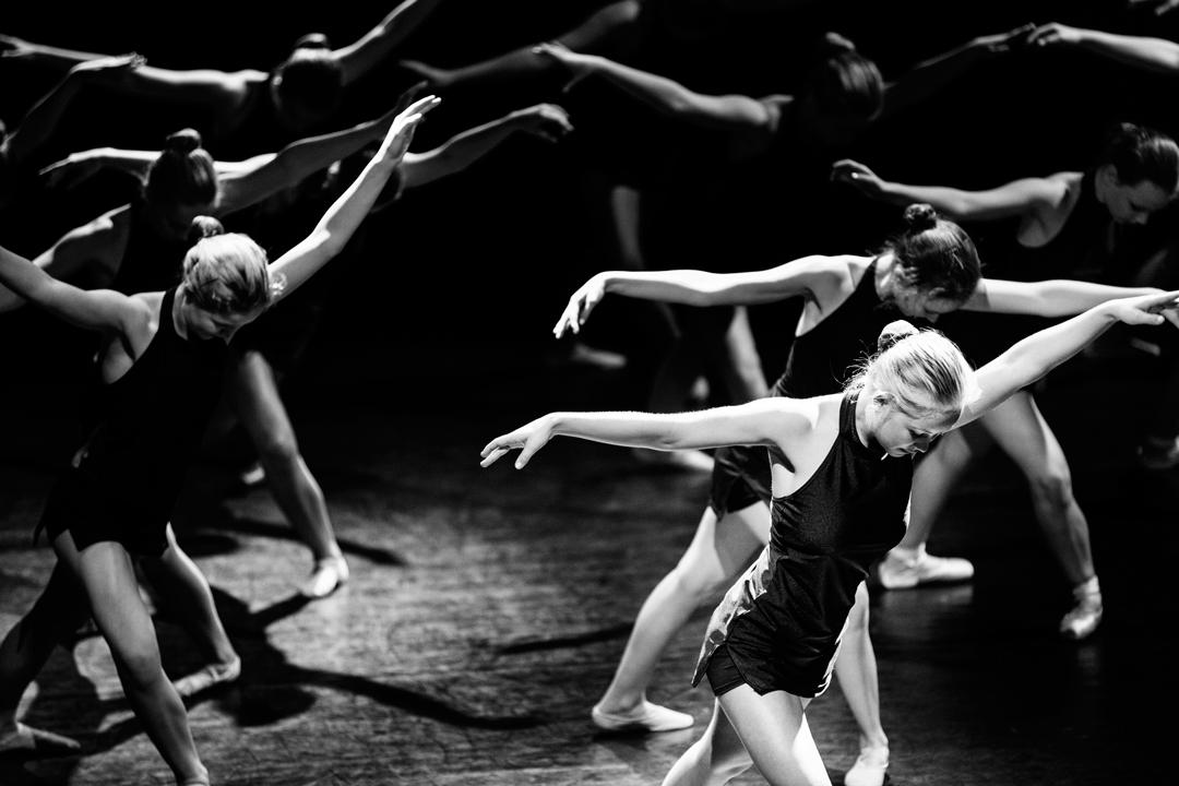 Ballettdansere med armene ut