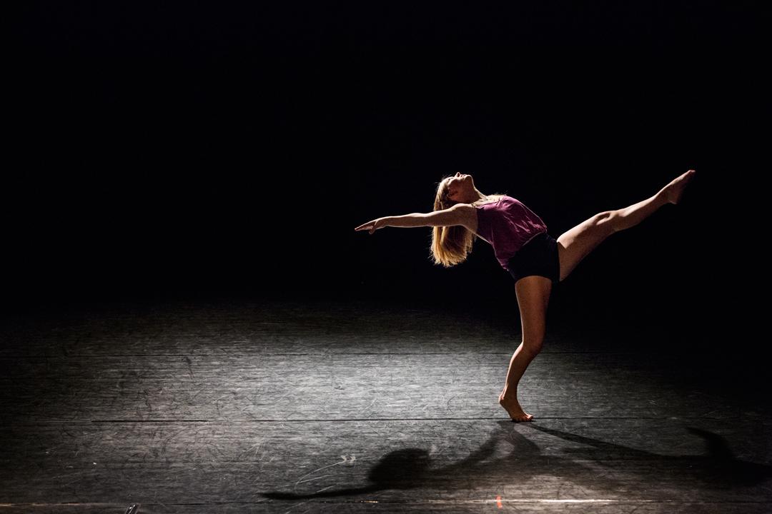 Danser med benet opp