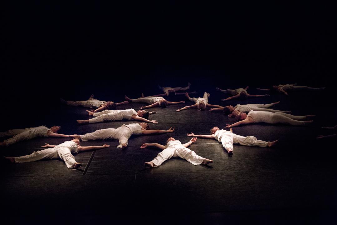 Dansere ligger på gulvet