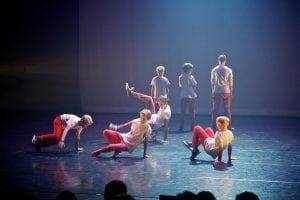 Gutter har brakedance framføring på scenen
