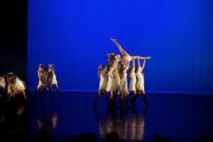 Dansere som løfter jente
