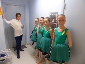 Unge ballettdanserinner i grønn kjole