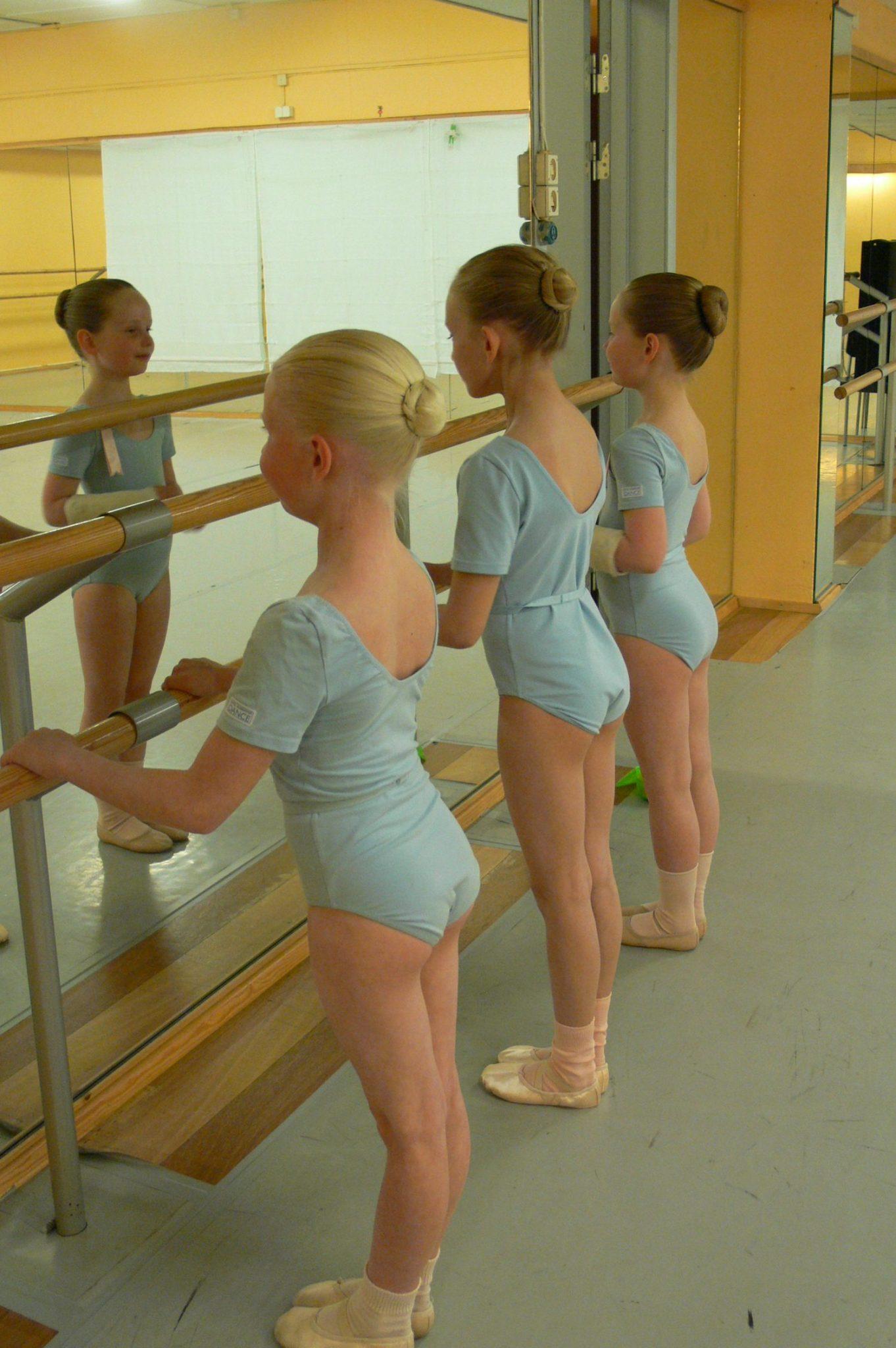 Tre unge ballettdanserinner på ballettime
