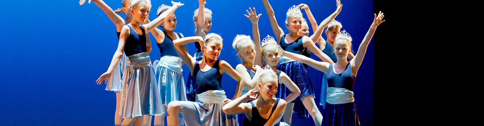 Jenter danser
