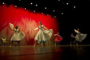 Dansere på scenen med flotte kjoler