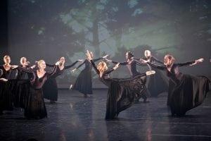 Voksne dansere med sorte skjørt