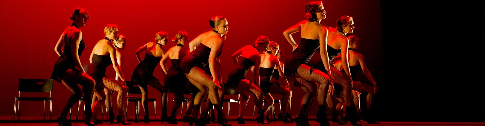Mange voksne damer danser