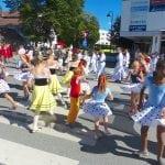 Jenter danser i gata