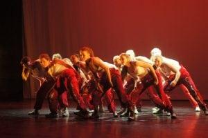 Jenter danser med russeklær